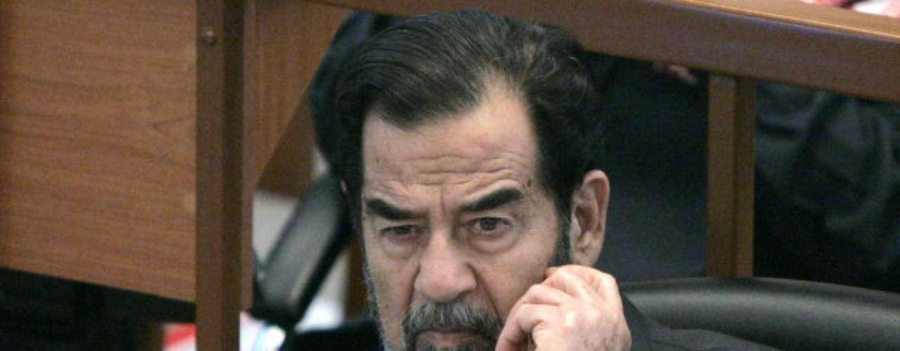 Sadam Hussein.- Durante un cuarto de siglo, mantuvo a Irak en implacable brutalidad que mató a miles de personas y condujo guerras con armas químicas contra Estados Unidos e Irán, por el dominio del petróleo. El dictador murió ahorcado en diciembre del 2006, por cargos de genocidio. Siempre se dijo que empleaba dobles, pero Sadam negó las versiones hasta el día de su muerte.