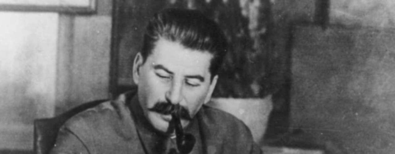 Joseph Stalin.- Probablemente, el precursor de la llamada Guerra Fría, que siempre se temió terminara en guerra nuclear. Lideró a la antigua Unión Soviética y dirigió al partido comunista, únicamente para quitar del mapa a sus enemigos políticos. Un hombre sanguinario que primero fue aliado de Alemania y, después, se convirtió en uno de sus grandes enemigos. Provocó hambre para más de 5 millones de rusos en Siberia, encarceló y ejecutó sin piedad en la década de los 30.