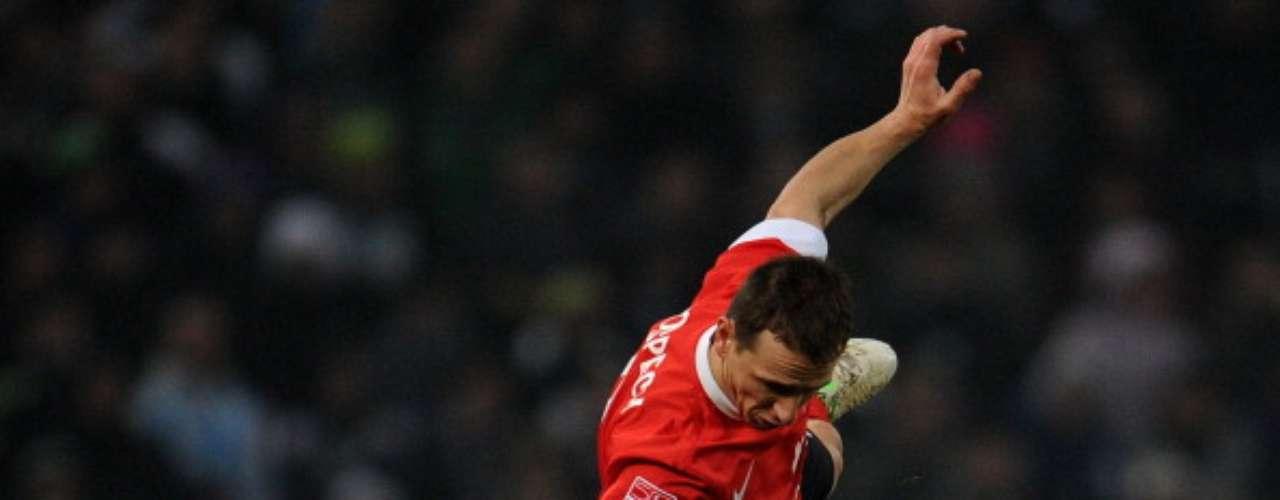 En el otro partido del día, el Borussia Moenchengladbach se acercó a los puestos europeos ganando 2-0 al Maguncia.