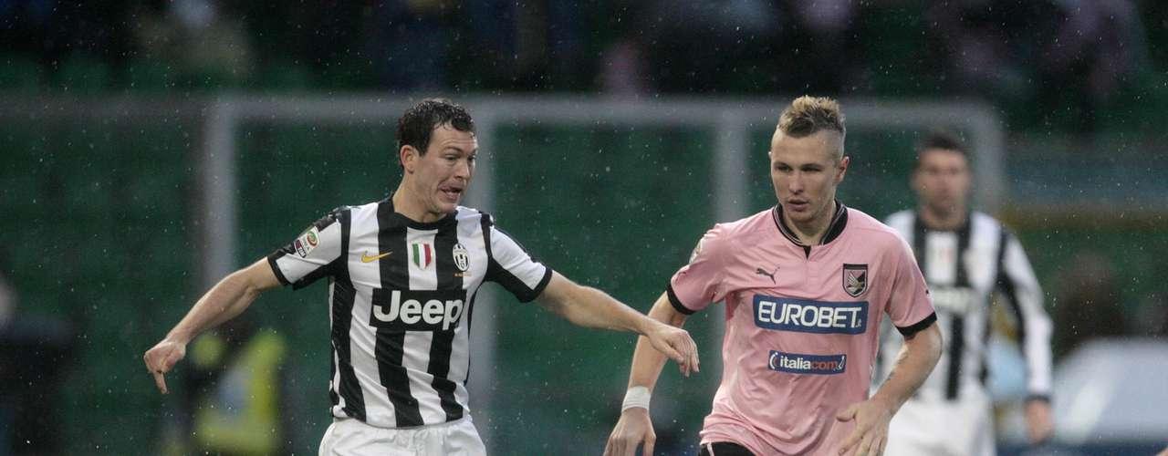 Con un terreno de juego impracticable por la lluvia y el granizo, y el frío que se sentía en Palermo, el juego de ambos equipos dejó mucho que desear.