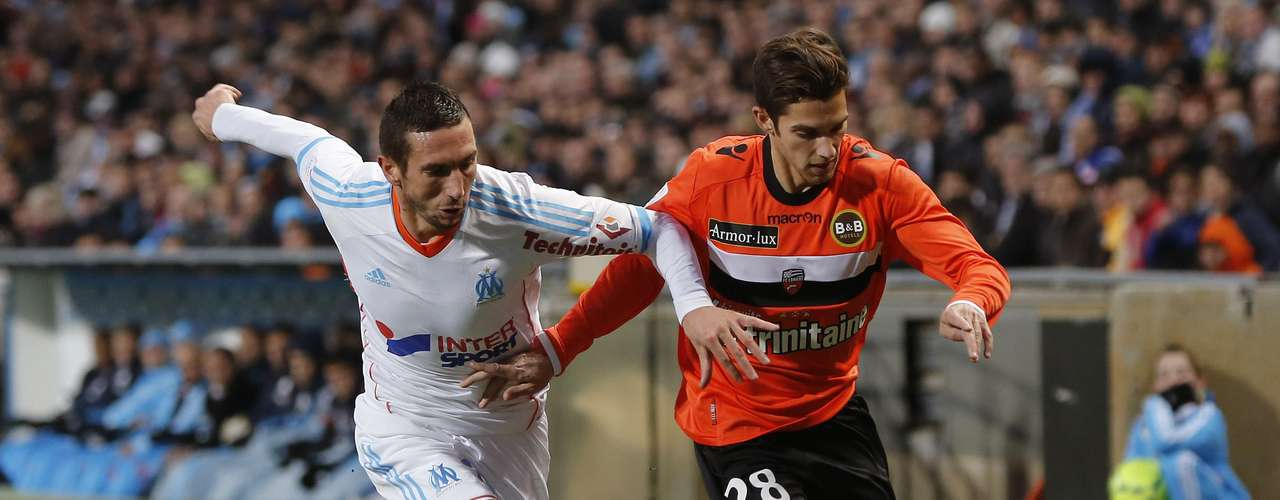 Olympique Marseille's Morgan Amalfitano (L) challenges FC Lorient's Maxime Barthelme during their French Ligue 1 soccer match at the Velodrome Stadium in Marseille, December 9, 2012.