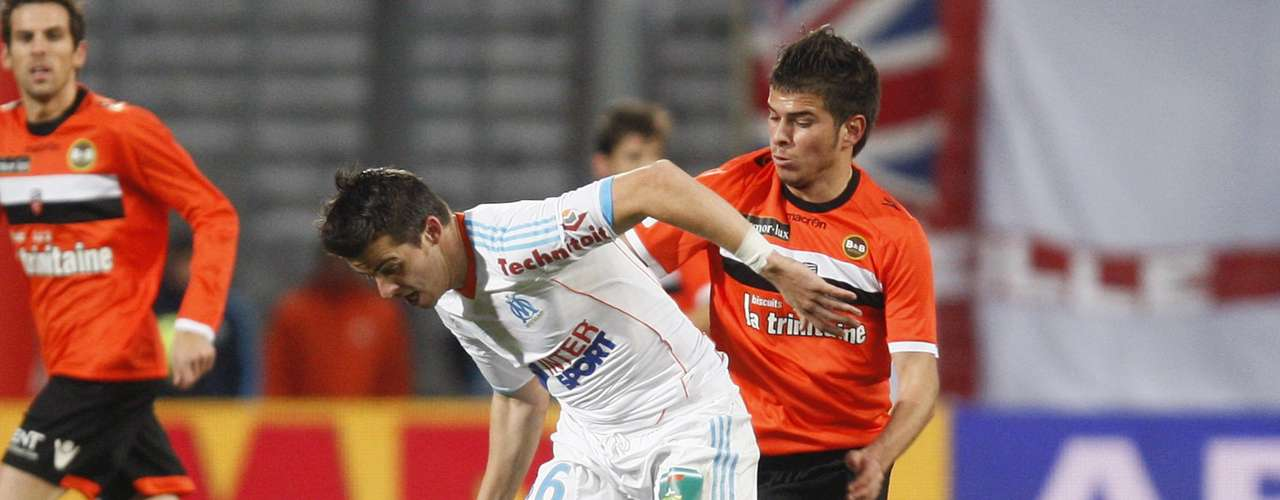 Olympique Marseille's Joey Barton (L) challenges FC Lorient's Enzo Reale during their French Ligue 1 soccer match at the Velodrome Stadium in Marseille, December 9, 2012.