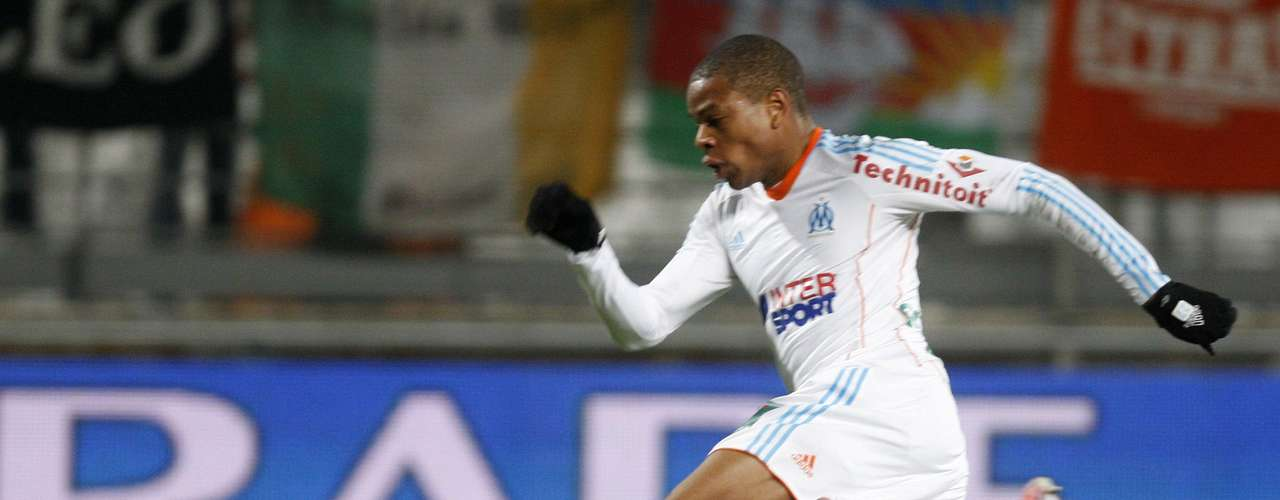 Olympique Marseille's Loic Remy (R) challenges FC Lorient's goalkeeper Fabien Audard during their French Ligue 1 soccer match at the Velodrome Stadium in Marseille, December 9, 2012.