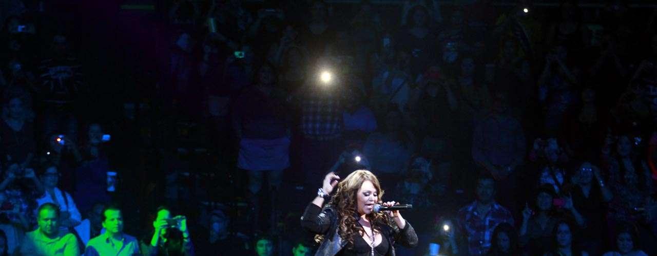 Jenni Rivera brincó con su público, cómo es su costumbre.