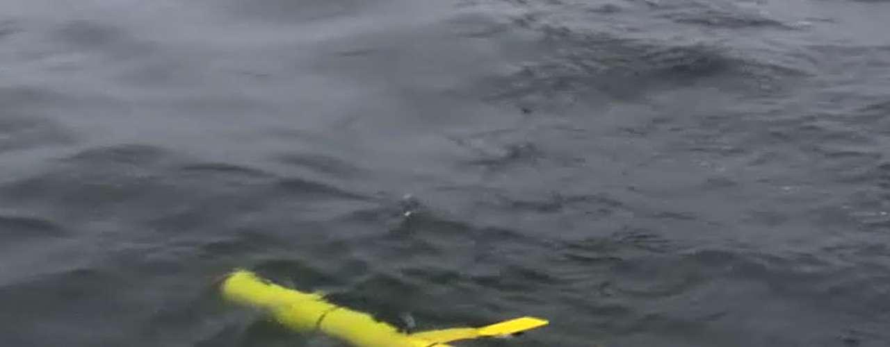 4. Un robot logra nadar desde Estados Unidos hasta Australia. Un robot nadador autocontrolado completó su viaje desde San Francisco, en EE.UU., a Australia. Un año le tomó al Wave Glider PACX un año nadar las 9.000 millas náuticas (16.668 kilometros). La empresa estadounidense Liquid Robotics dijo que su éxito demostró que la tecnología podría \