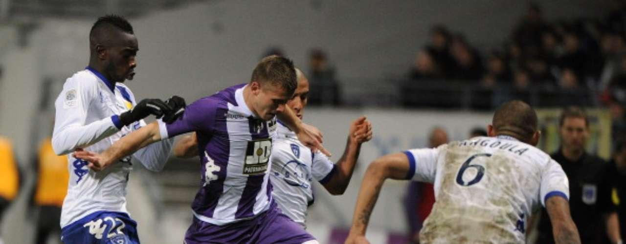 Franck Tabanou del Toulouse no pudo quitarse la pegajosa marca de losjugadores de Bastia, en lo que resultó un 0-0 entre ambas escuadras.