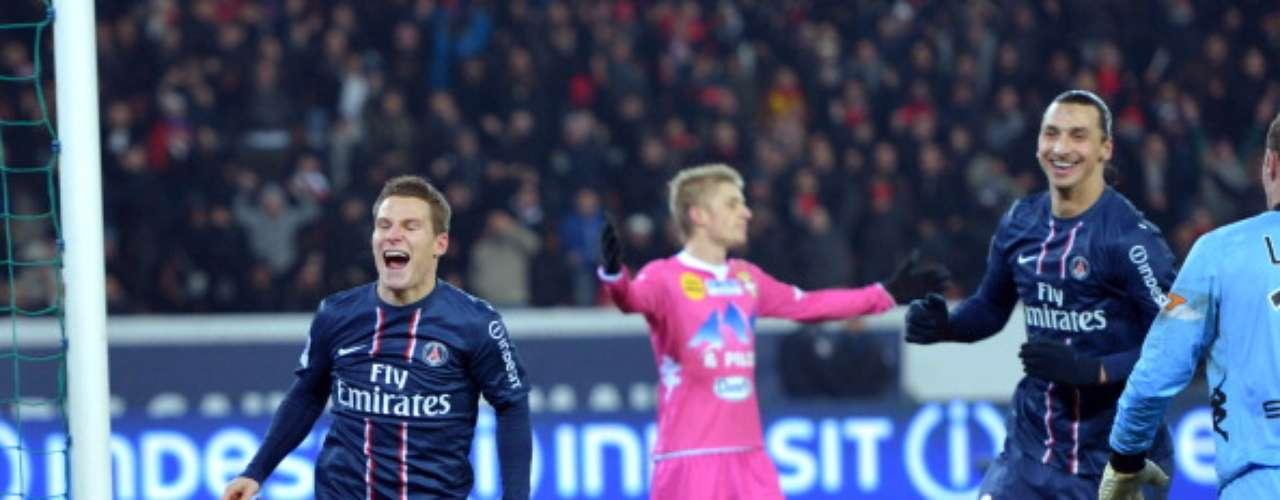 Kevin Gameiro festeja junto a Zlatan Ibrahimovic una de las anotaciones con las que PSG goleó 4-0 al débil Evian, por lo que la escuadra parisina se mantiene como sublíder del torneo con 29 puntos.