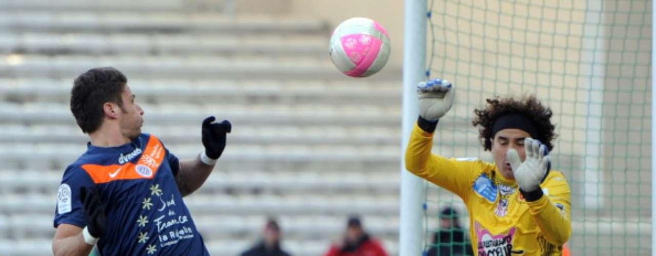 Guillermo Ochoa realizó una gran atajada ante Olivier Giroud, pero ni así pudo evitar la goleada de 3-0 que recibió Ajaccio de parte de Montpellier. La escuadra del mexicano no está en puestos de descenso únicamente por la diferencia de goles, así que les urge apretar el paso.