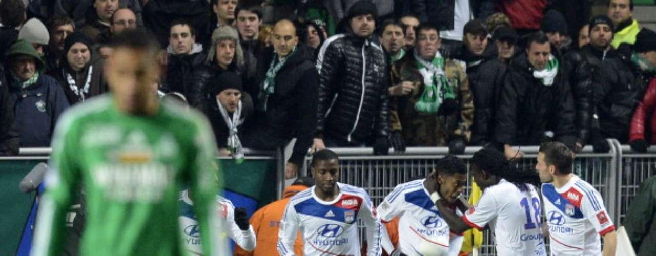 Con gol de Michel Bastos, Lyon confirmó su liderato general tras vencer en territorio enemigo 1-0 a Saint-Etienne, por lo que llegó a 34 puntos y se alejó de PSG y Marsella que se quedaron en 29.