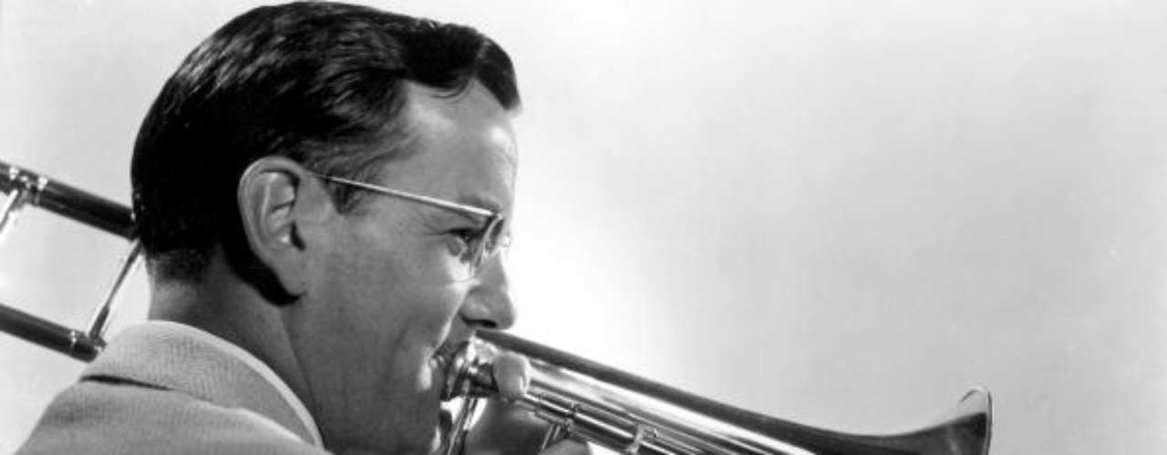 Glenn Miller, el trompetista que había conquistado a todo Estados Unidos con su swing, viajó de Inglaterra a Francia para entretener a los tropas que habían sido liberadas de París en 1944, pero su avión despareció y nunca fue encontrado.