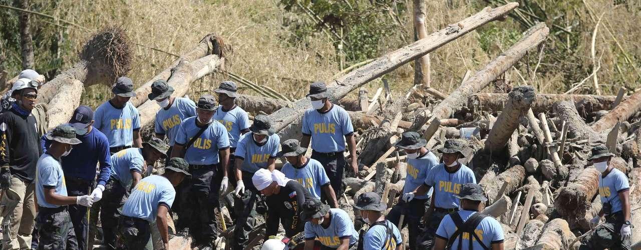 El jefe de Defensa Civil, Benito Ramos, indicó el domingo que dieron por desaparecidos a los marineros y que han lanzado una operación de búsqueda de los atuneros, partieron desde el sureste de la isla de Mindanao (sur) unos días antes de la llegada a Filipinas del \