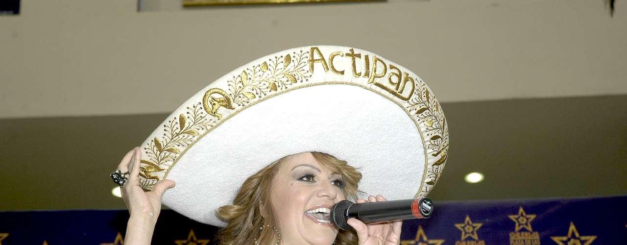 Jenni Rivera cantó al plasmar sus huellas en la \
