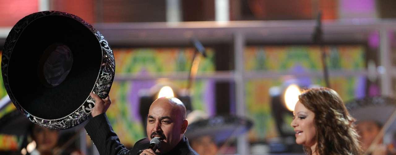 Lupillo Rivera y su hermana Jenni unieron su talento en el escenario del Latin Grammy 2008.