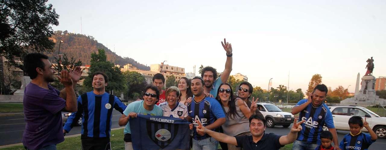 Un grupo cercano a los 30 hinchas acudieron hasta la Plaza Baquedano para festejar el segundo campeonato de los acereros en el profesionalismo.