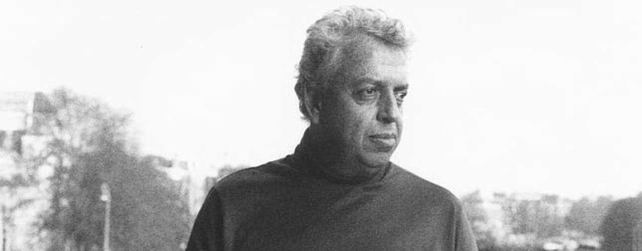 ... El dramaturgo Jorge Ibarguengoitia, autor de novelas como Dos Crímenes (que años más tarde se haría película), Las Muertas y Los Relámpagos de Agosto. Él murió en un avionazo en el mismo aeropuerto el 26 de noviembre