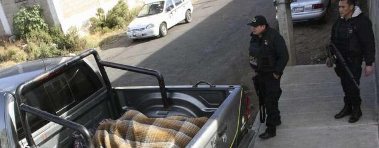 9 de enero de 2012 - Agentes estatales hallaron los cuerpos de 13 personas asesinados en la madrugada en el municipio de Zitácuaro, en Michoacán. Entre los fallecidos había 10 adultos y tres jóvenes que fueron trasladados al Servicio Médico Forense de Morelia, capital del estado.