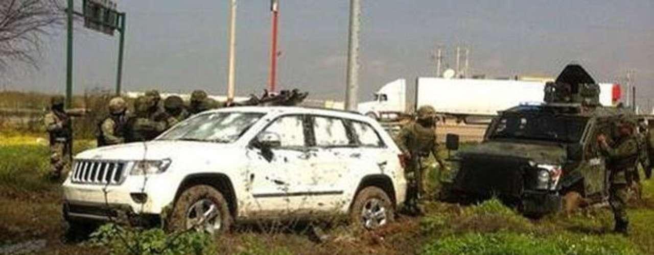 1ro de marzo de 2012 - Imagen de algunos de los vehículos abandonados en la zona donde viajaban algunos de los trece presuntos delincuentes que murieron durante un tiroteo con soldados mexicanos y agentes policiales registrado en Nuevo Laredo, Tamaulipas.
