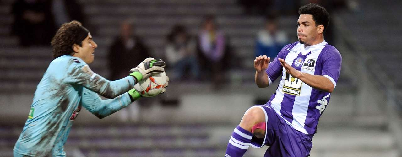 Guillermo Ochoa poco pudo hacer para evitar que el Montepellier goleara 3-0 al Ajaccio.