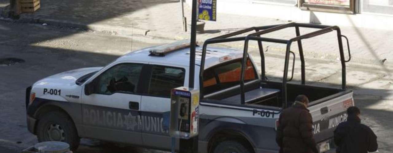 10 de enero de 2012 - A los peritos les tocó reunir información en la zona donde un grupo de presuntos sicarios a bordo de al menos dos camionetas atacaron a tiros a policías municipales de Ciudad Juárez, hiriendo a cinco y causando la muerte de su coordinador, identificado como Pablo Soria.