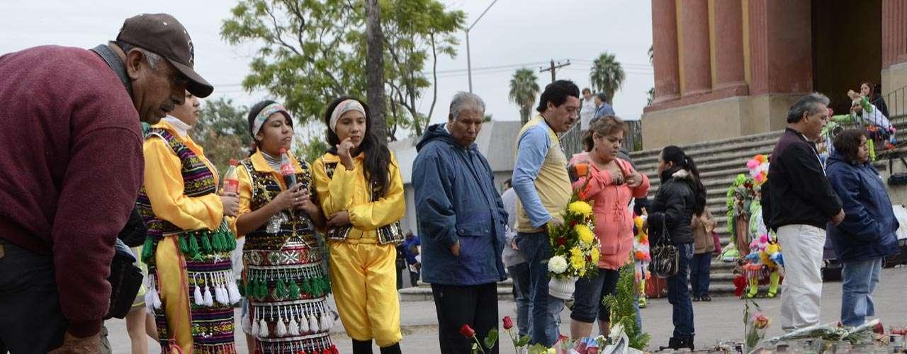 Los fans de la 'Diva de la Banda' se acercan a rezar por el descanso de la intérprete.