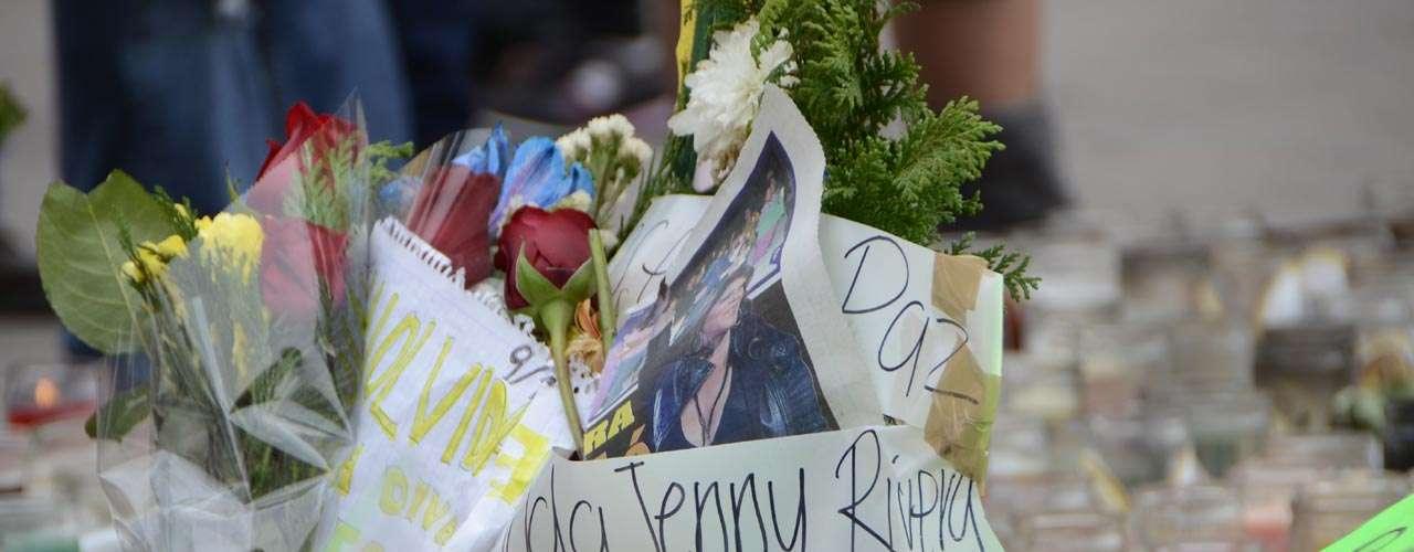 Así lucía el altar improvisado en honor a Jenni Rivera.
