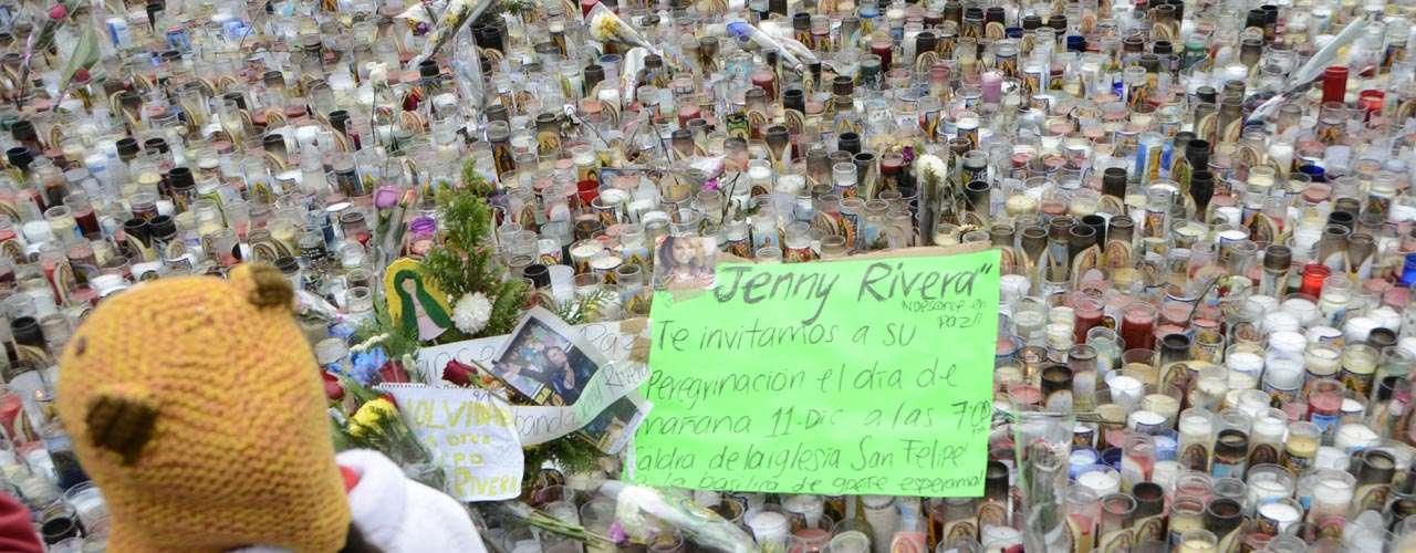Impresionante fue la cantidad de veladoras que se juntaron en memoria de Jenni Rivera.