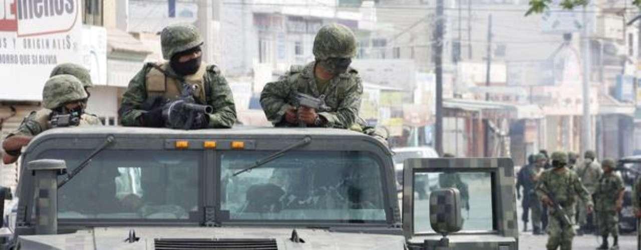 2 de mayo de 2012 - Miembros de la Marina y el Ejército de México mientras se enfrentaron a un grupo armado en el municipio de Guasave, Sinaloa. Al menos 10 presuntos miembros de organizaciones criminales y dos militares fallecieron durante el enfrentamiento.