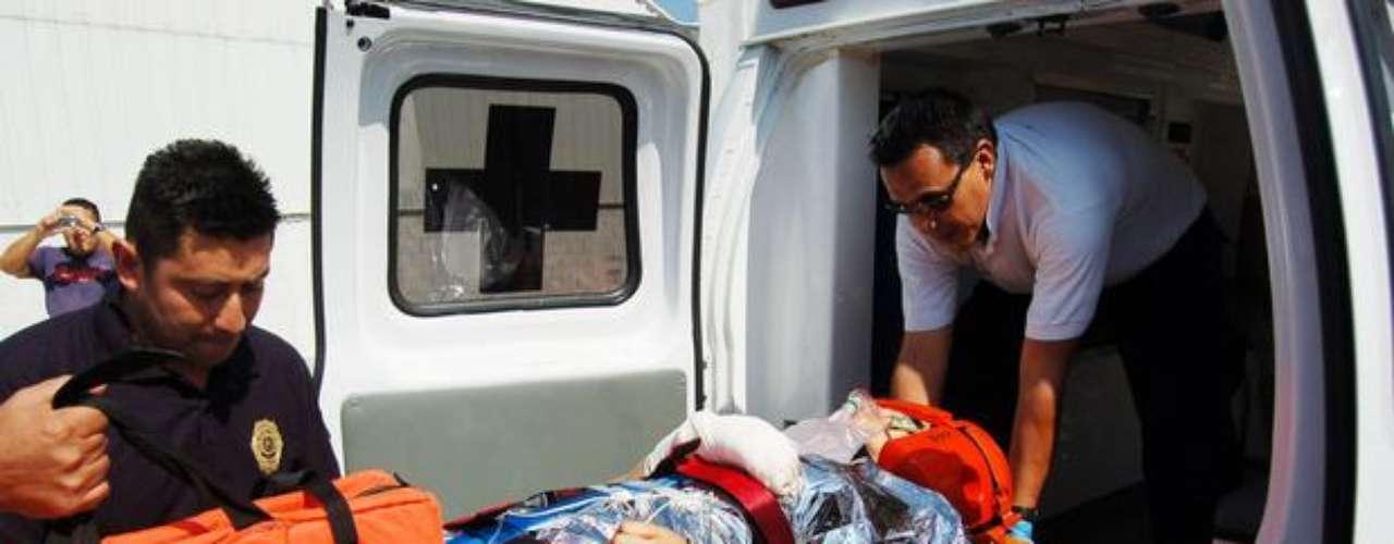 17 de noviembre de 2012 - Esta fotografía del 15 de octubre de 2009 muestra a la ex alcaldesa del municipio mexicano de Tiquicheo, María Santos Gorrostieta Salazar, al momento de ser trasladada a un hospital al resultar herida durante el ataque de un grupo armado en el que murió su esposo. La Procuraduría General de Justicia en Michoacán confirmó el fallecimiento de Santos Gorrostieta.