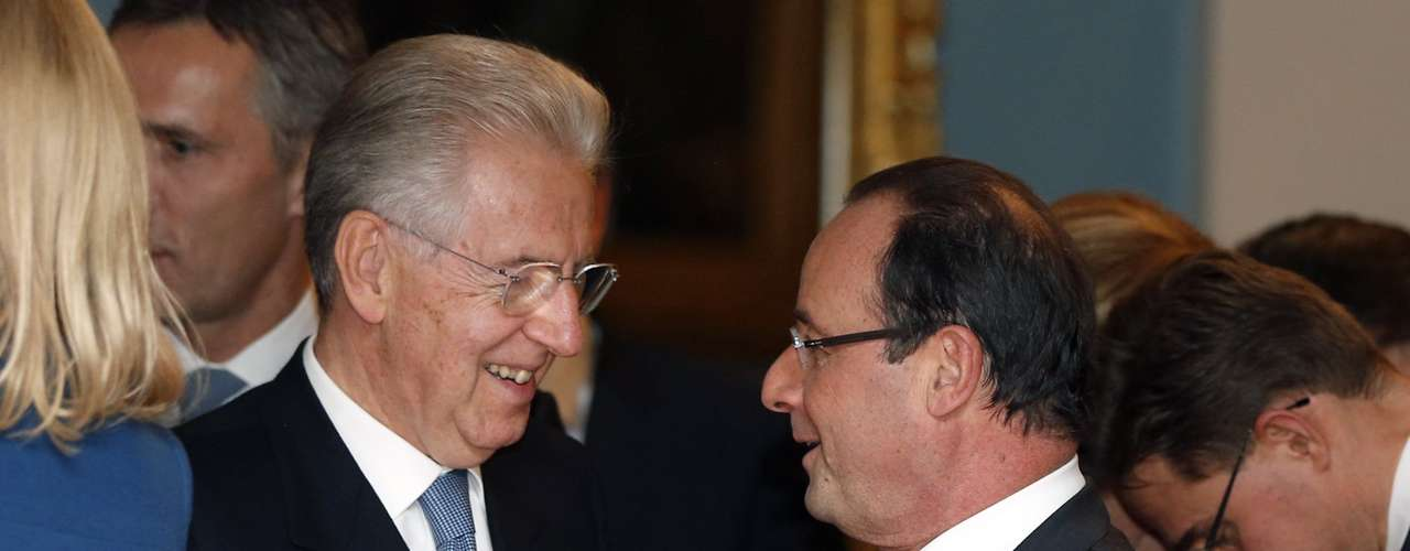 REFILING WITH ADDITIONAL RESTRICTIONS Italian Prime Minister Mario Monti (L) talks to French President Francois Hollande after the Nobel Peace Prize ceremony in Oslo December 10, 2012.