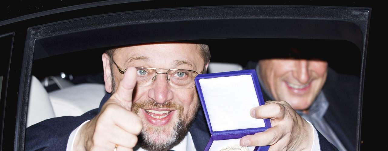 European Parliament President Martin Schulz displays the Nobel medal as he leaves Grand Hotel by car after the Nobel Peace Prize ceremony in Oslo December 10, 2012. The European Union received the Nobel Peace Prize on Monday, an award which some past winners called unjustified but European leaders defended for recognising the stability and democracy brought to the continent after two world wars.