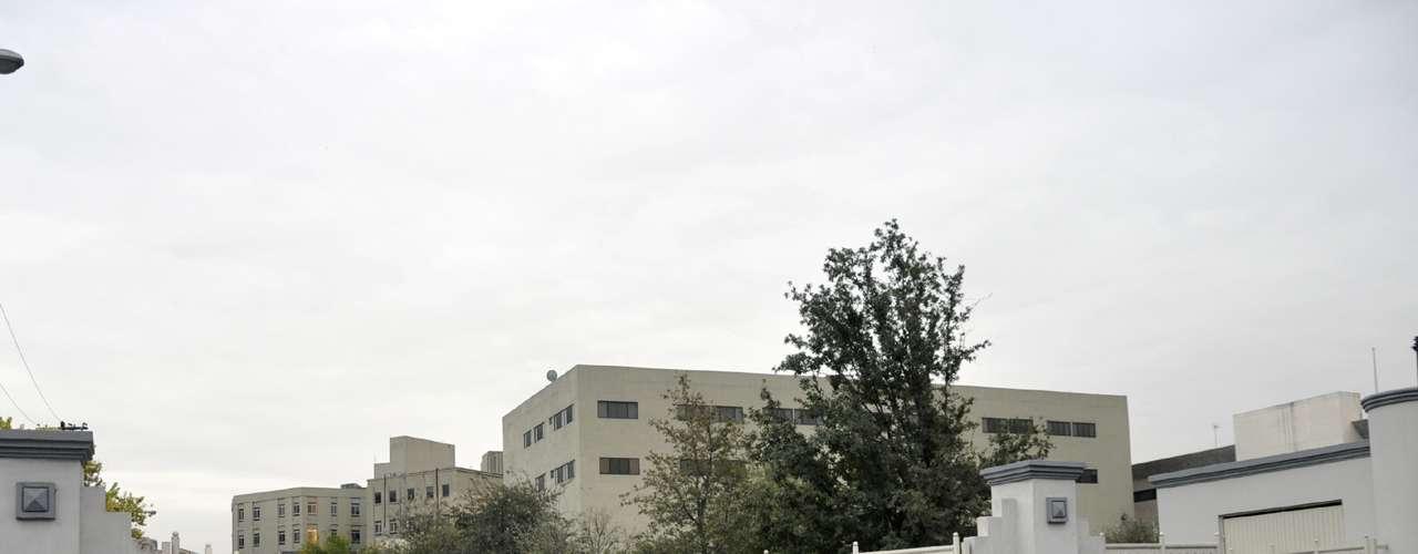 Las instalaciones del Servicio Médico Forense (Semefo) del anfiteatro del Hospital Universitario recibieron los restos de la cantante Jenni Rivera con un gran despliegue mediático.