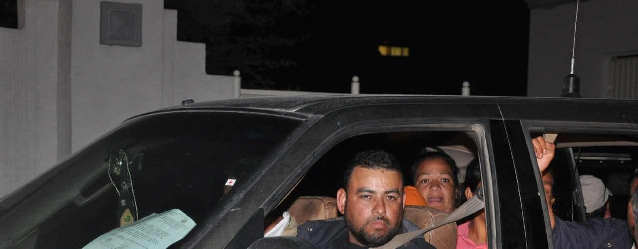 El convoy de unidades oficiales, escoltado por elementos de la Policía Federal, llegó a las instalaciones del Semefo y los restos fueron entregados a personal de Servicios Periciales de la Procuraduría de Justicia de Nuevo León para llevar a cabo las pesquisas correspondientes.