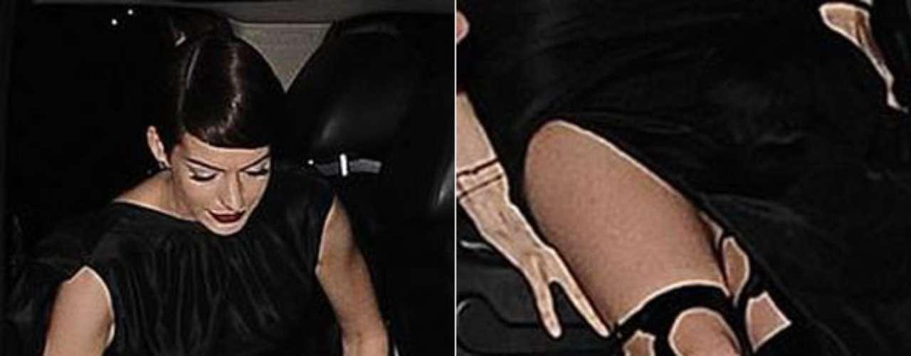 Anne Hathawayfue capturada en una posición muy poco favorecedora mientras bajaba del auto en el estreno de 'Los Miserables' dejando en evidencia que ese día no llevaba ropa interior.