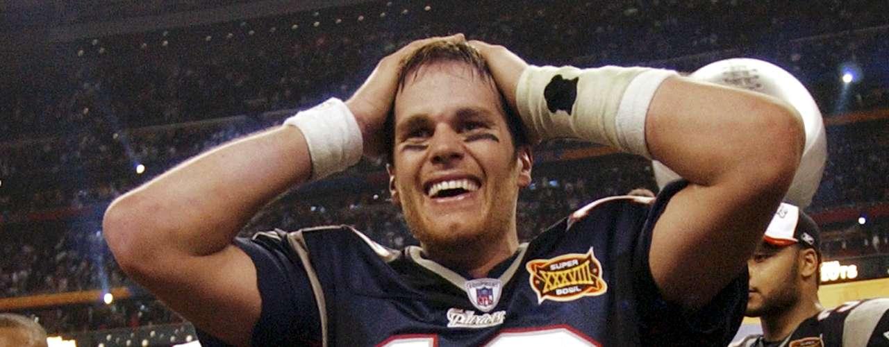 Tom Brady (New England Patriots-QB): Brady ganó su segundo trofeo MVP dos años más tarde, ya que completó 32 de 47 pases para 354 yardas y 3 touchdowns, para ganar el partido. Nueva Inglaterra ganó su segundo de tres títulos de Super Bowl, 32-29, sobre los Panthers de Carolina.