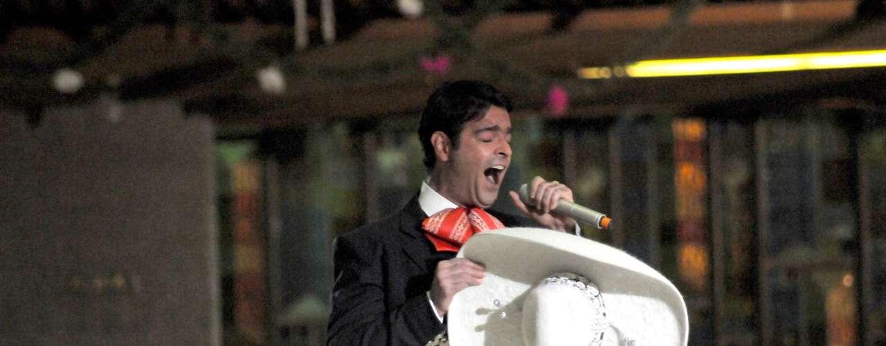 Pablo Montero muestra sus cualidades vocales entonando las tradicionales \