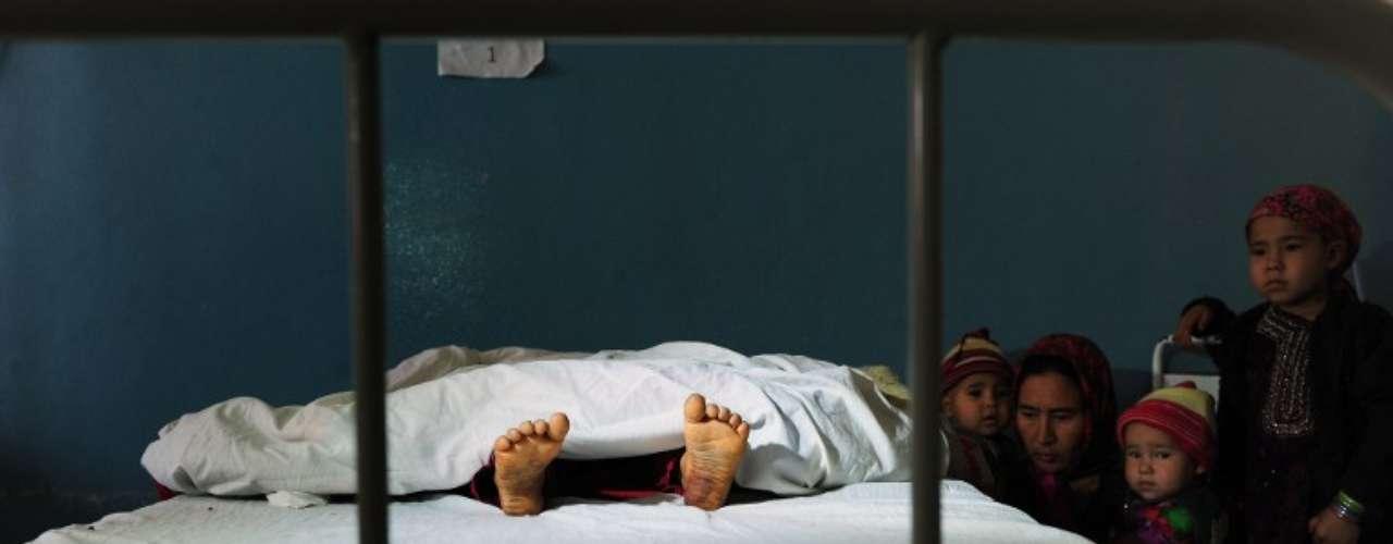 Familiares observan a una ninã de 5 años que fue violada por un hombre de 22, en un hospital de Kaldar, Afganistan.