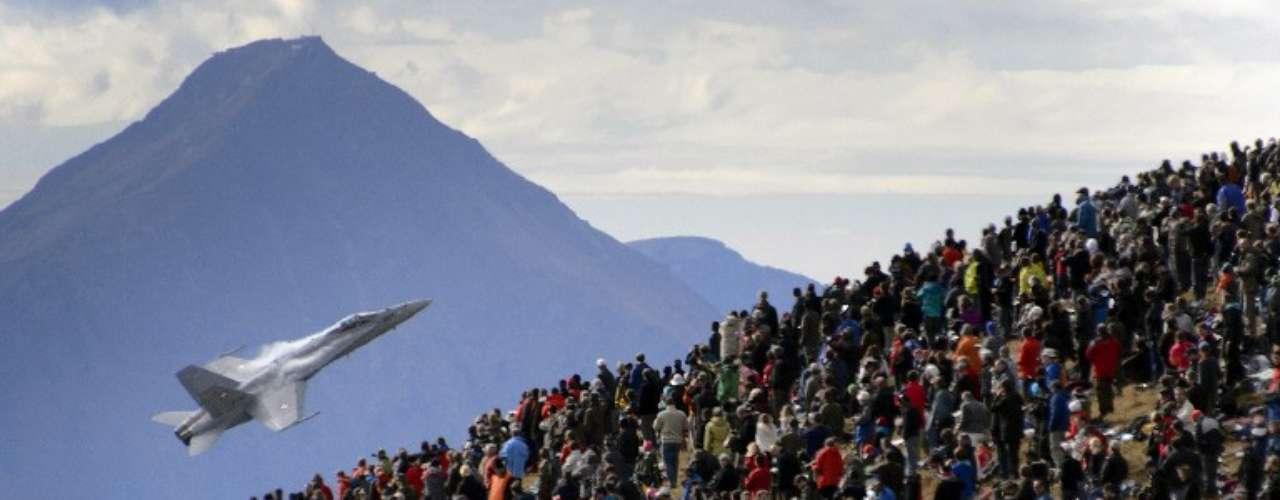 Una multitud observa un F/A-18 Hornet de la Fuerza Aérea suiza hacer un vuelo de exhibición en Axalp.