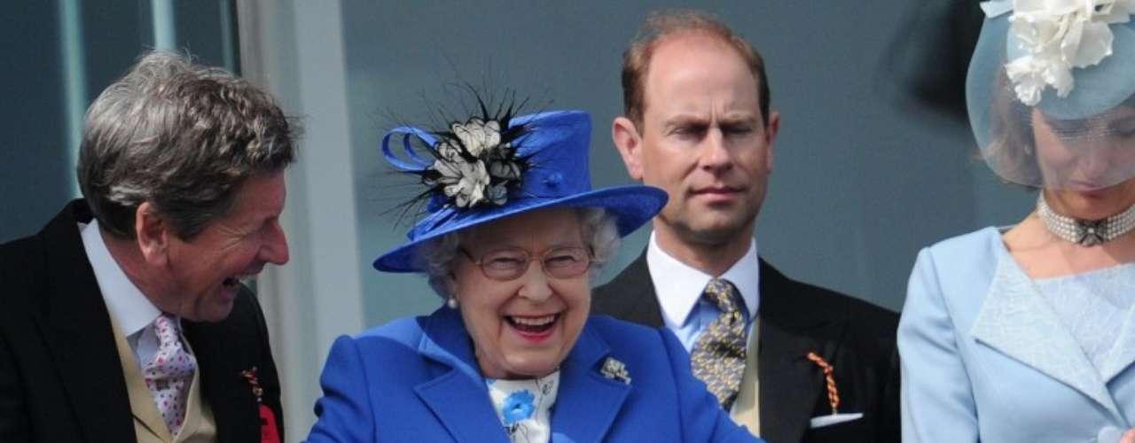 La reina Isabel II ríe durante una carrera de caballos Surrey, sur de Inglaterra.
