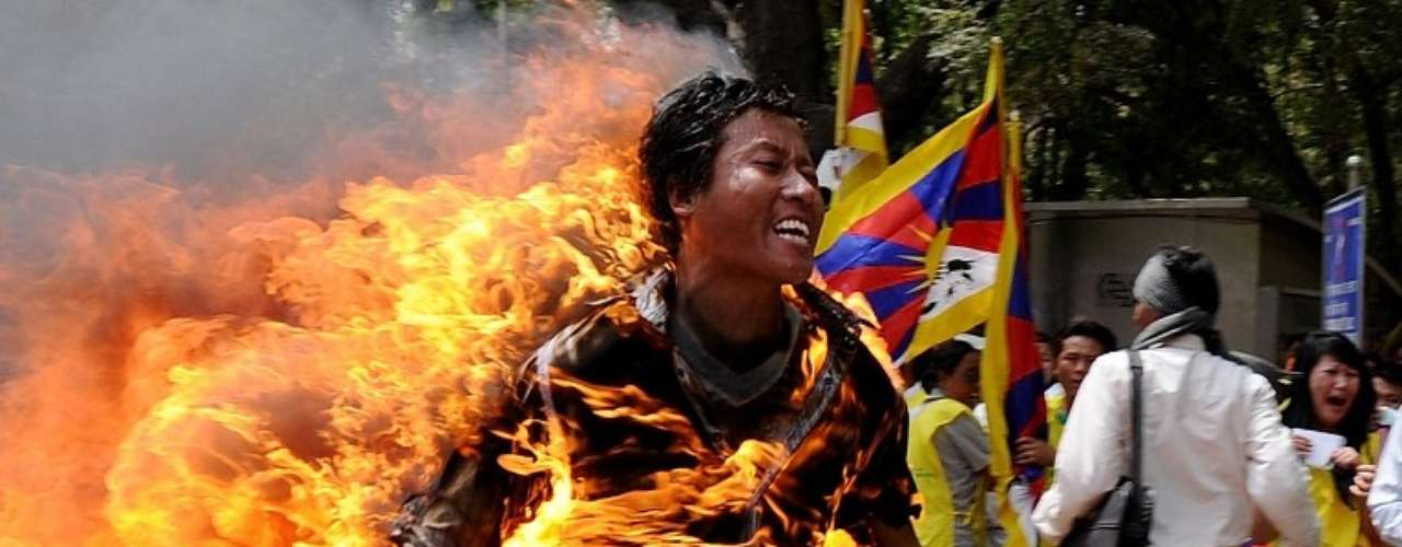 El tibetano Jamphel Yeshi, de 27 años, prende fuego a su propio cuerpo durante una protesta en Nueva Delhi, India.