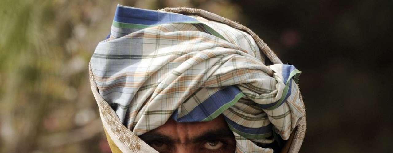 Un excombatente del Talibán se une a las fuerzas del Gobierno afgano en una ceremonia, en Herat.