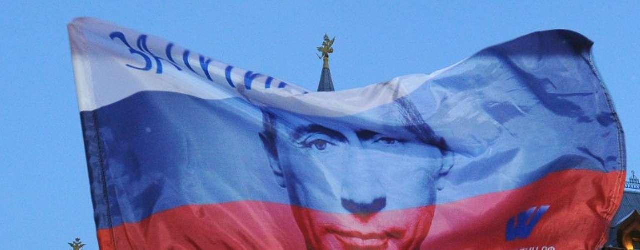 Una bandera rusa muestra la foto del entonces primer ministro Vladimir Putin tras su victoria en las elecciones presidenciales.