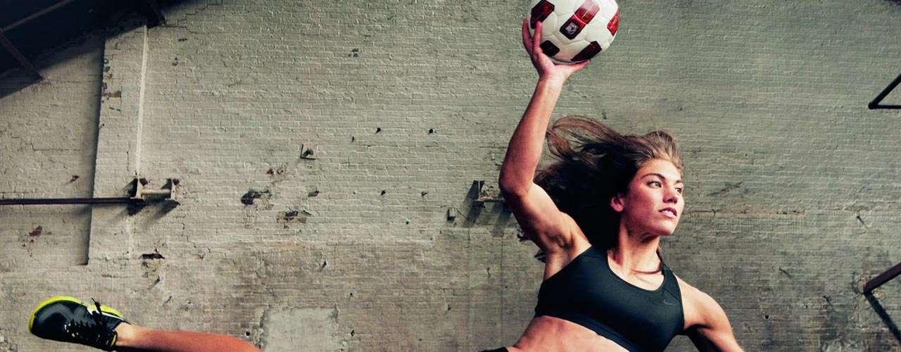 #30 Hope Solo Una mujer futbolista que destacó en 2012 por lanzar su autobiografía, volviendo dinero su popularidad.