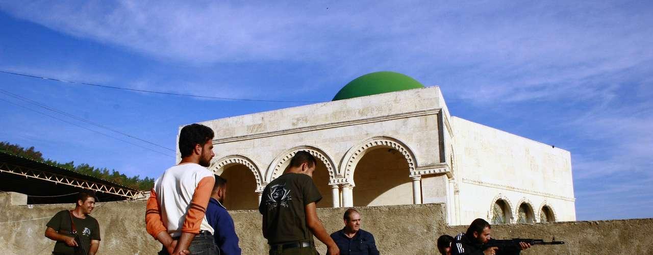 Este valenciano, licenciado en Derecho, se financió su primer viaje a este país devastado por meses de violencia, cuando recorrió las provincias de Idleb y Alepo, en el norte. Pero esta vez ha sido pagado por una red internacional de sirios en el extranjero, que lo pusieron en contacto con la Brigada Al Faruq, unidad que asegura tener unos 12.000 combatientes en toda Siria, y con el Ejército Sirio Libre (ESL).