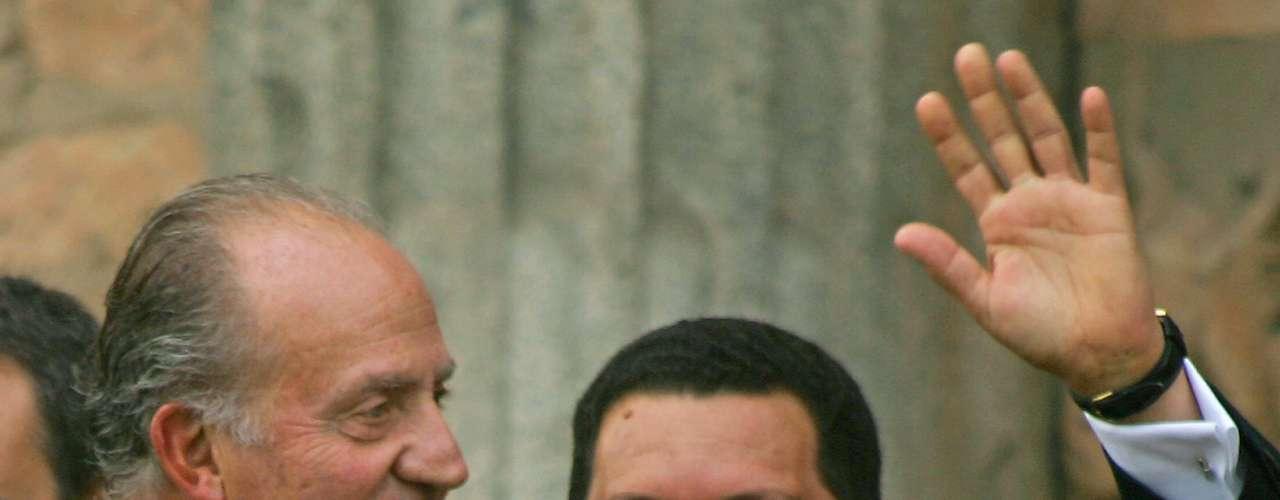 En diciembre de 2008 Chávez propuso un nuevo referéndum con el fin de aprobar una enmienda constitucional que levantara el límite al número de reelecciones presidenciales. Y el 5 de enero de 2009, decidió incluir también a gobernadores, legisladores regionales, alcaldes, diputados y cualquier otro funcionario de elección popular.