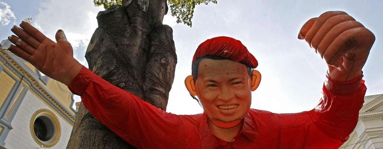 El 30 de junio de 2011, Chávez confirmó en un discurso televisivo desde La Habana que se estaba recuperando de una operación que se le realizó el 20 de junio para extirparle un tumor con células cancerosas. El mandatario se mantuvo en pleno ejercicio del poder durante su recuperación.