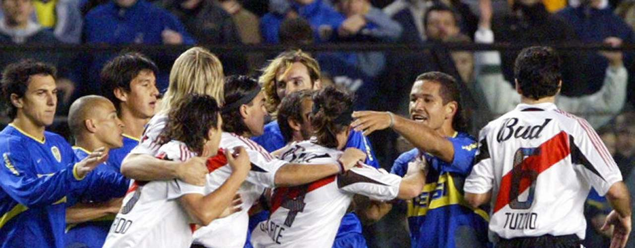 On June 10, 2004, in one of the most dramatic semi-finals in the history of the Copa Libertadores, between River Plate and Boca Juniors,there were a series of fights, among them: , Marcelo Gallardo facing off against  Raúl Cascini and Roberto Abbondanzieri, who ended up with a cut on his face.