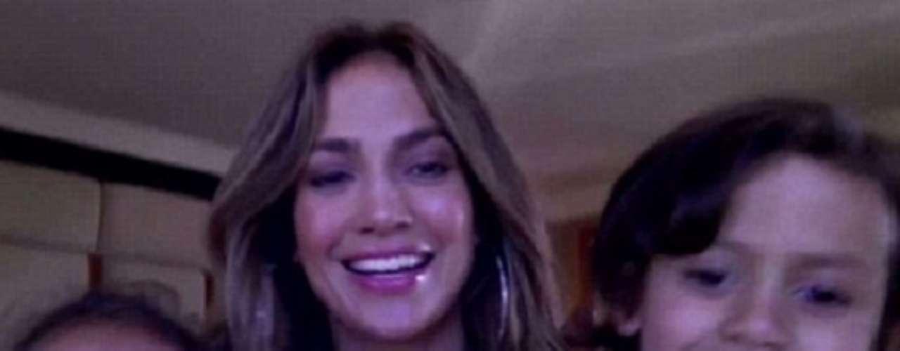 Jennifer Lopez comparte la cámara de video en su casa con sus hijos Emme y Max, para anunciar que, como parte de la temporada de fiestas, hará un sorteo para que el ganador vaya a su concierto en Puerto Rico, todo pago.