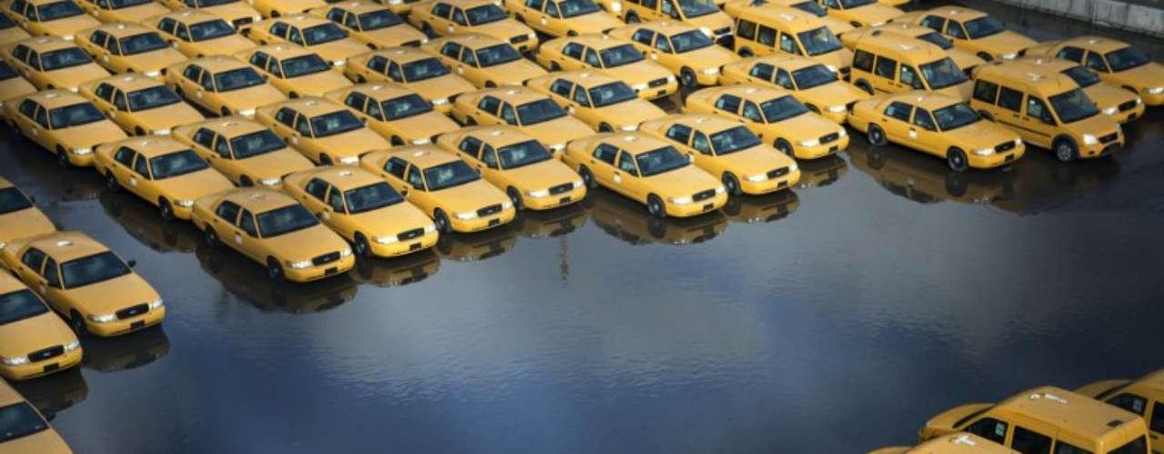 Un estacionamiento de taxis nuevos es inundado durante el paso del huracán Sandy por Nueva Jersey.
