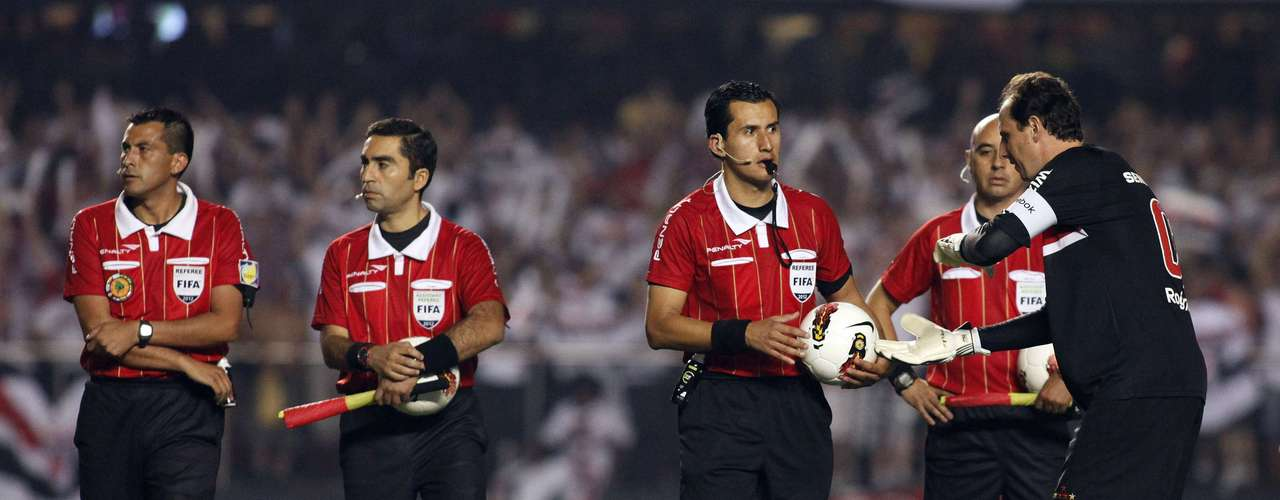 Brazil's Sao Paulo goalie Rogerio Ceni (R) gestures near the match referees as they wait for Argentina's Tigre players who refused to return to the field after halftime, during their Copa Sudamericana second leg final soccer match in Sao Paulo December 12, 2012. REUTERS/Nacho Doce