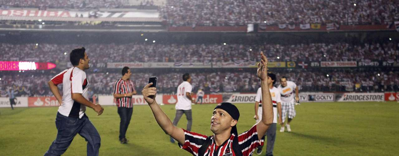 Fans of Brazil's Sao Paulo invade the field to celebrate after the team won their Copa Sudamericana final soccer match against Argentina's Tigre in Sao Paulo December 12, 2012. REUTERS/Nacho Doce